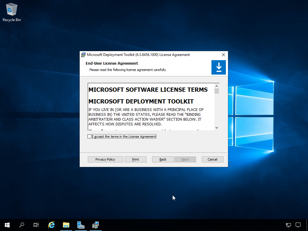 """Computergenerierter Alternativtext: Recycle Bin  Microsoft Deployment Toolklt (6.3.84S6.IDDO) License Agreement  End-User License Agreement  Please read the following license agreement careMIy  MICROSOFT SOFTWARE LICENSE TERMS  MICROSOFT DEPLOYMENT TOOLKIT  IF YOU NE IN (OR ARE A BUSINESS A PRINCIPAL PLACE OF  BUSINESS IN) THE UNITED STATES, PLEASE READ THE """"BINDING  ARBITRATION AND CLASS ACTION WAB.,'ER"""" SECTION BELOW. IT  AFFECTS HOW DISPUTES ARE RESOLVED.  2ccept the terms in the License Agreement}  Privacy Policy"""
